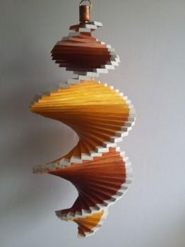 Windspiel aus Holz - Windspirale - Holzspirale, Länge 55 cm - Lackiert, Teak - Kiefer, beide Ränder weiß
