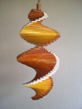 Windspiel aus Holz - Windspirale - Holzspirale, Länge 55 cm - Lackiert, Teak-Kiefer, Ränder weiß-Teak