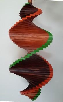 Windspiel aus Holz - Windspirale - Holzspirale, Länge 55 cm - Lackiert, Braun - Teak, Ränder orange - grün
