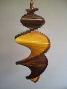 Windspiel aus Holz - Windspirale - Holzspirale, Länge 55 cm - Lackiert, Dunkelbraun-Kiefer, beide Ränder dunkelbraun