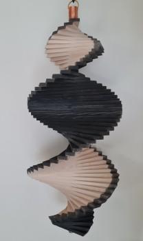 Windspiel aus Holz - Windspirale - Holzspirale, Länge 55 cm - Lasiert, Farbton Grau - Weiß