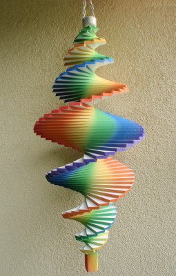 Windspiel aus Holz - Windspirale - Holzspirale, Länge 65 cm - Regenbogenfarben